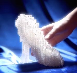 Hace algunas semanas Disney dio a conocer las reinterpretaciones de la  zapatilla de cristal de Cenicienta por varios diseñadores reconocidos fa8707af8c08