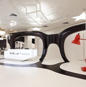Unos lentes enormes rinden homenaje a leo burnett en mosc - Empresas de diseno de interiores ...