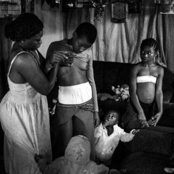 Banned Beauty de la fotógrafa Heba Khamis presenta las práctica llamada planchado de pecho en Camerún que tiene como finalidad evitar violaciones.
