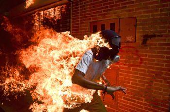 """La fotografía """"Venezuela Crisis"""" de Ronaldo Schemidt es la ganadora del World Press Photo of the Year y retoma imágenes de las manifestaciones en el país."""
