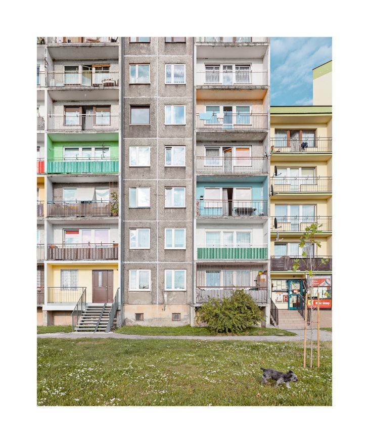 En las calles de Zabrze, Polonia, se refleja una armonía que desprende su arquitectura, la naturaleza y otros elementos que captura Karl Banski.