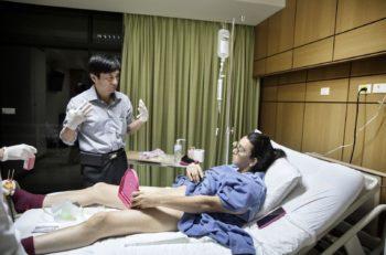 Tailandia es reconocido por la operación de cambio de sexo. Giulio Di Sturco capturó el instante en que un doctor le muestra su nueva vagina a una paciente.