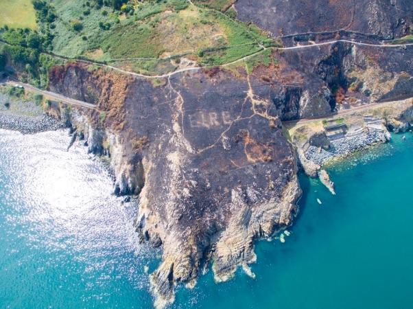 """La palabra""""EIRE"""", que significa """"Irlanda"""" en gaélico, se lee en una colina deBray Head, recientemente expuesto por un incendio forestal."""