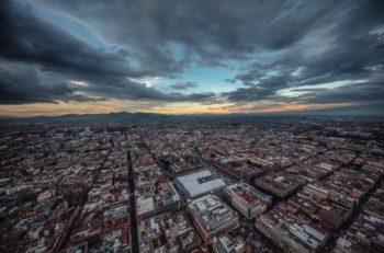 Una foto aérea del fotógrafo Santiago Arau muestra un lluvioso Atardecer en la Ciudad de México, donde se refleja más que la sobrepoblación.