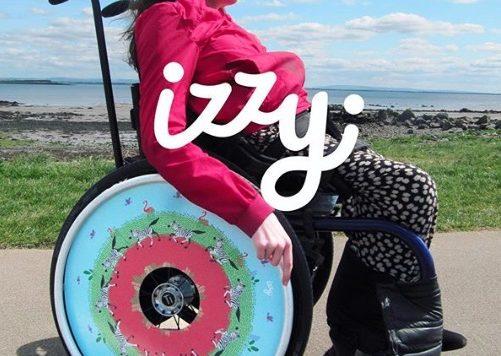 Izzy y Ailbhe Keane demuestran que el diseño está presente en todas partes y no es ajeno, incluso en las sillas de ruedas. Checa todos los diseños.