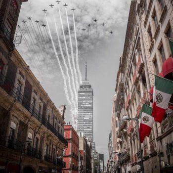 Durante el Desfile Militar el fotógrafo Miguel Kurz capturó este momento que nos recuerda el lema Fuerza México usado después del 19S.