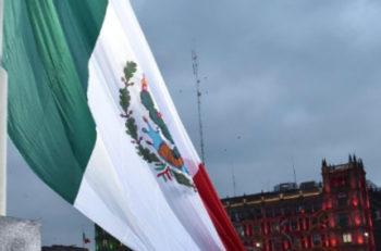 En conmemoración de las víctimas de los sismos del 19 de Septiembre 1985 y 2017, se izó la bandera a media asta en señal de luto.