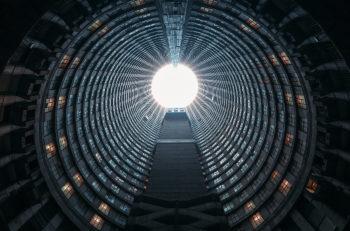 La Torre de Ponte City tiene 55 pisos y se encuentra en Johannesburgo, Sudáfrica. Es una pieza increíble de arquitectura distópica.