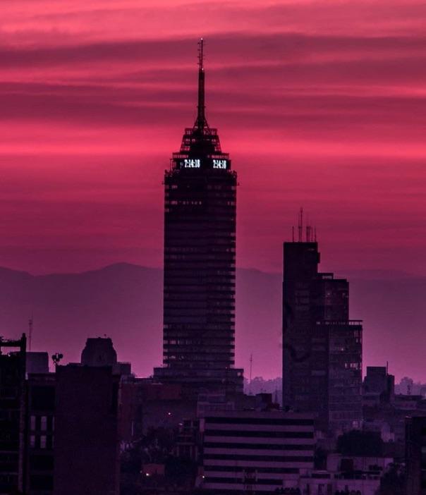 La Torre Latinoamericana se iluminó con colores rosas y violetas durante el amanecer en la Ciudad de México que capturó el fotógrafo Erick M.
