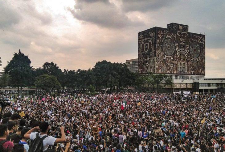 """Durante una marcha en contra de los porros de la UNAM, los estudiantes capturaron momentos trascendentales, tal como el """"Haremos Historia""""."""