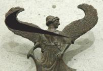 """El logo de Nike se basó en la diosa griega de la victoria """"Niké"""", la cual está representada alada, por lo que de ahí se retoma el diseño y agrega movimiento"""