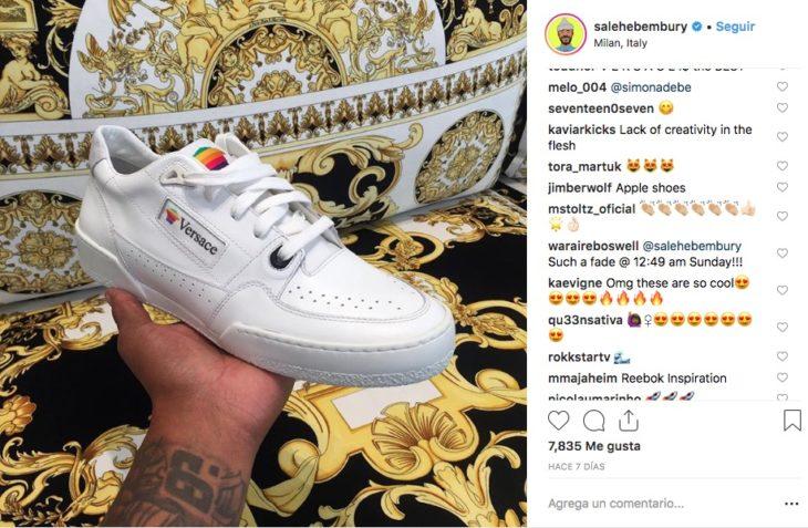 Salehe Bembury jefe diseñador de tenis para Versace, soltó una pista sobre el lanzamiento de unos Sneakers de Apple similares a los de los noventa.
