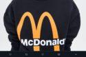 Zara y McDonald's crearon dos piezas que tienen un diseño minimalista pero con un emblema tan potente, que seguramente se agorarán.