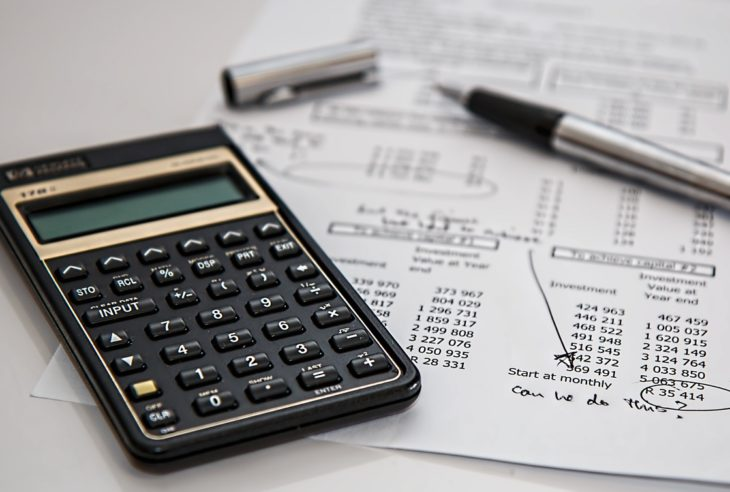 Si eres de los que se pregunta ¿cuánto cobrar por un diseño?, te explicamos una fórmula para calcular tu precio por hora y a considerar otras variables.