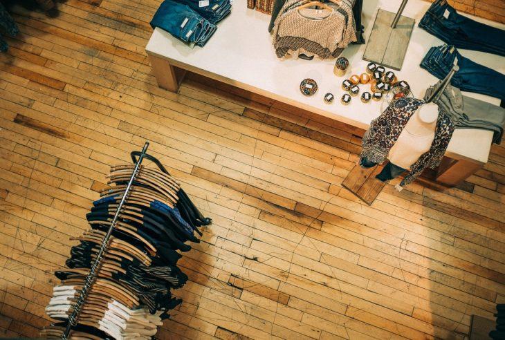 El diseño de la imagen de marca presente en una tienda o establecimiento es tan importante como el mismo logotipo o identidad corporativa.
