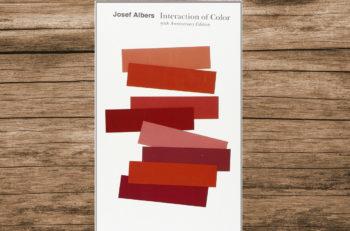 El libro Interaction of Color ayuda a comprender más la relatividad, la intensidad y la temperatura del color para crear las sensaciones correctas.