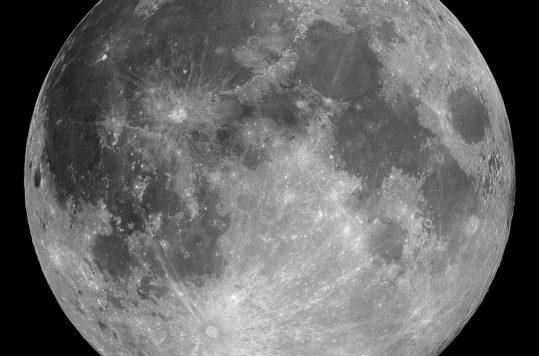 Te decimos los principios básicos así como los ajustes para saber cómo fotografiar la Luna Llena con sólo tu cámara réflex.