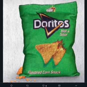 ¿Te imaginas unos Doritos en toalla? La marca lanzó un empaque reutilizable y sostenible para limpiarse las manos cada vez que comas frituras.